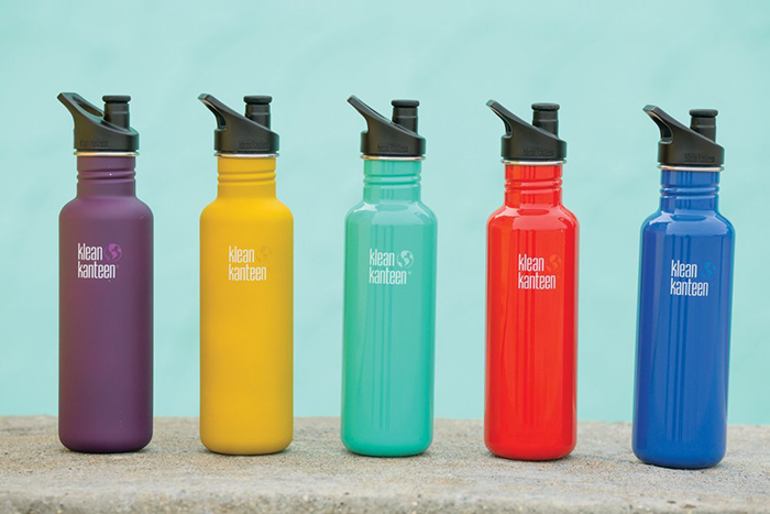 5 reusable bottles for water put in a line