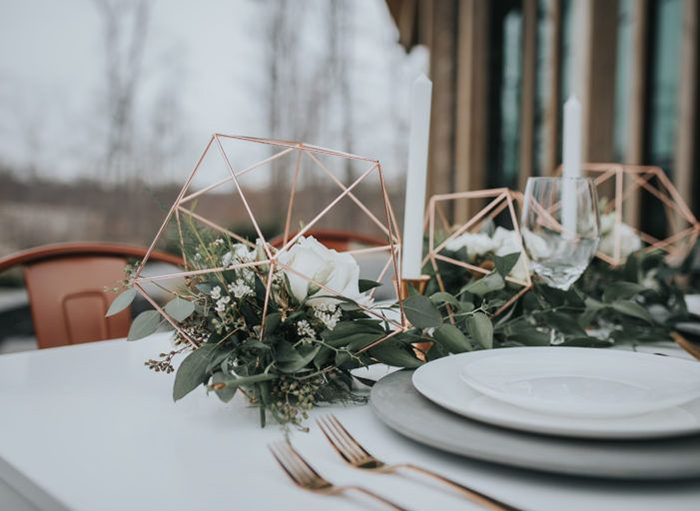 Minimalistic floral wedding table decor