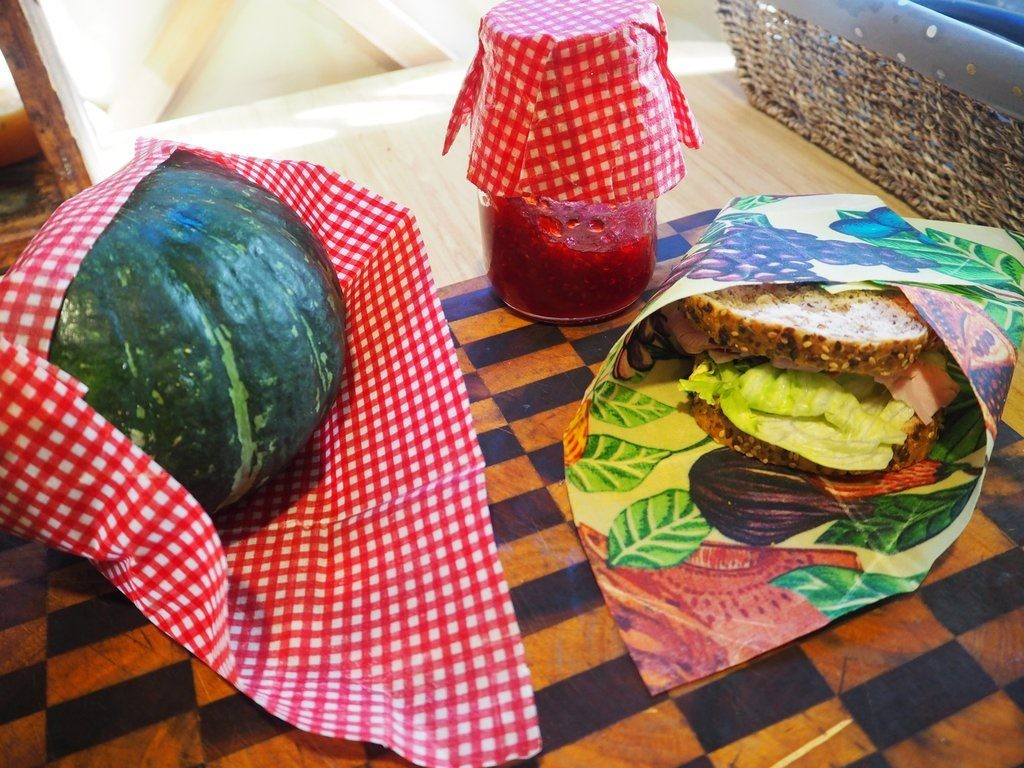 Beeswax wraps for sandwiches and fruits