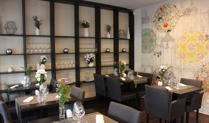 Fancy vegan restaurant in Paris with nice vase of flowers and nice wall design
