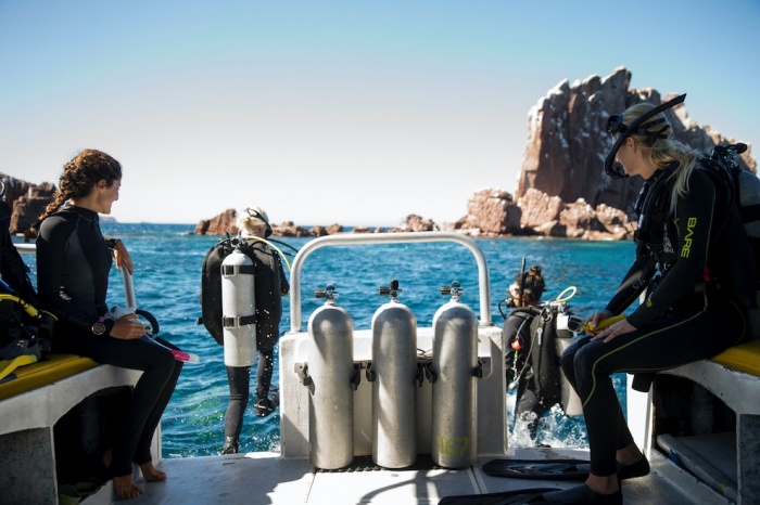 Things to do in Hawaii women scuba diving from a boat
