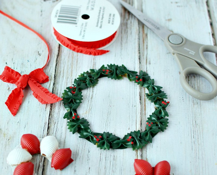 Pasta Christmas diy ideas wreath red ribbon