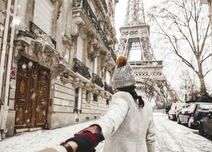 Couple in the snow Eiffel tower paris street