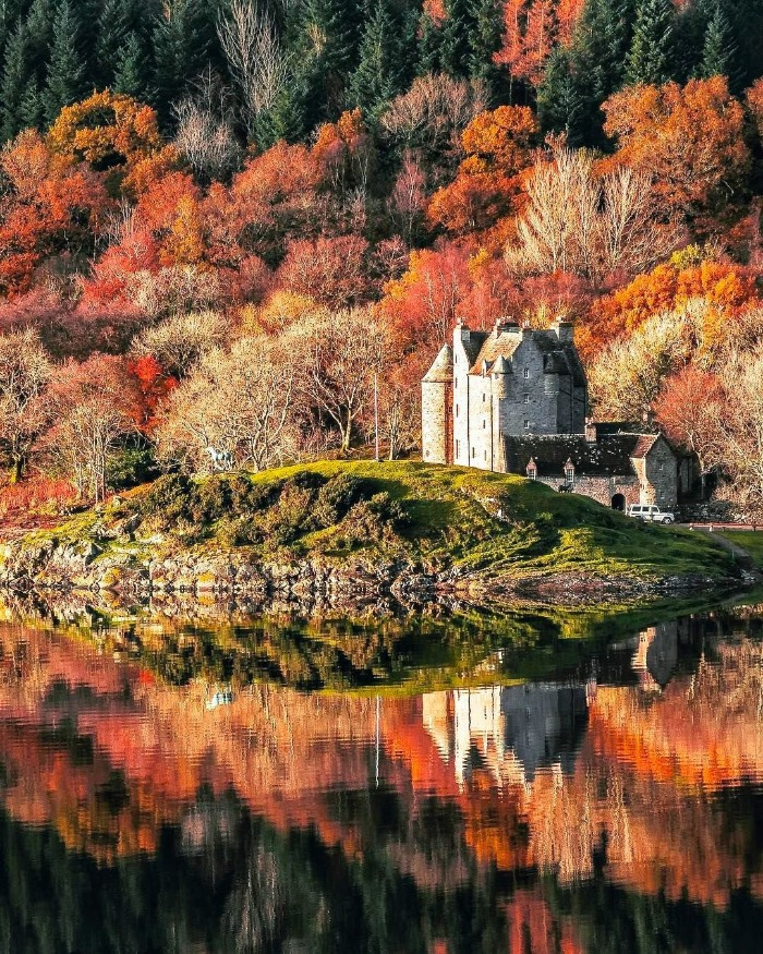 fall scenery castle scottish highlands surrounded by autumn colours