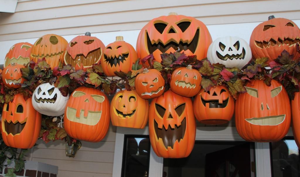 scary jack-o'lanterns archways halloween ideas big orange carved pumpkins on a doorway