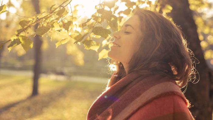 woman outdoors enjoying the sun cultivating gratitude