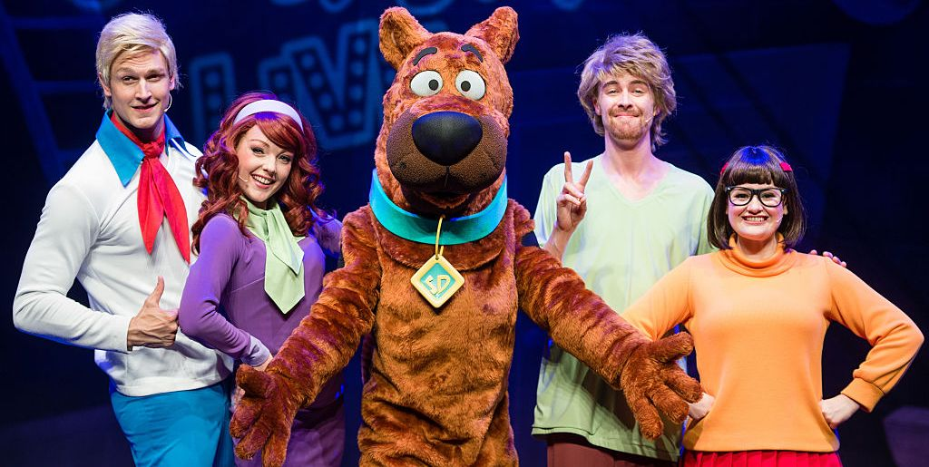 Halloween costumes Scooby Doo cast a dog and four people