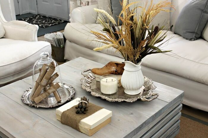 sea wood accents coffee table decorations summer decor pieces on a light grey table with white sofas around